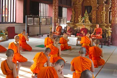 Monks_in_Wat_Phra_Singh_-_C